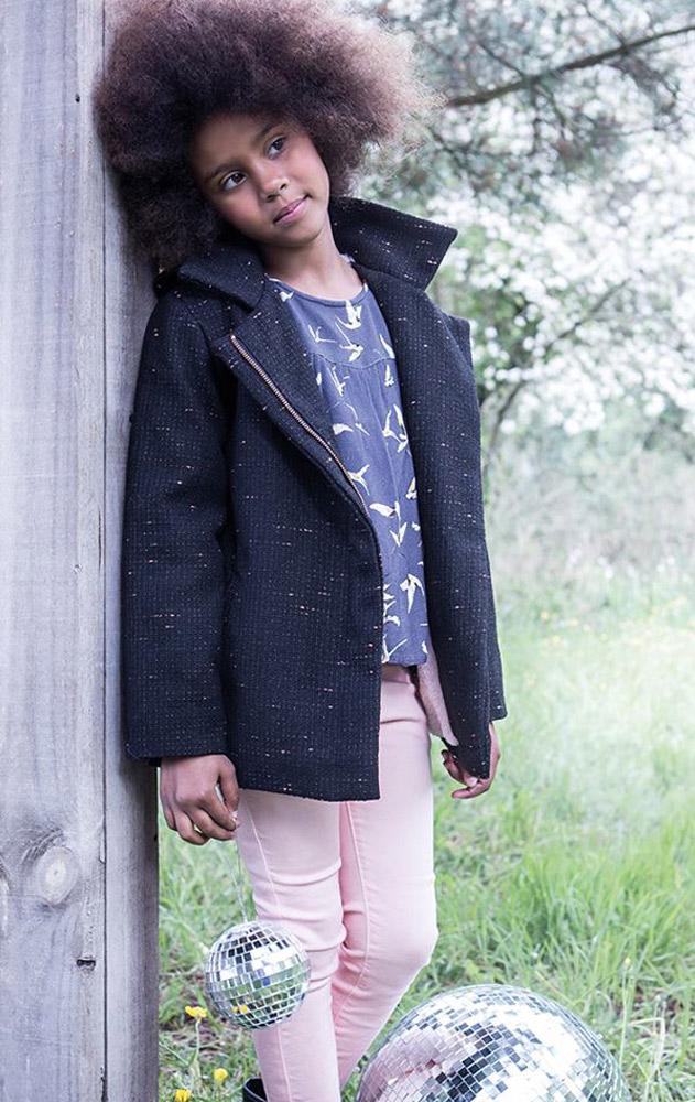 fille portant des vêtements de la marque 3 pommes