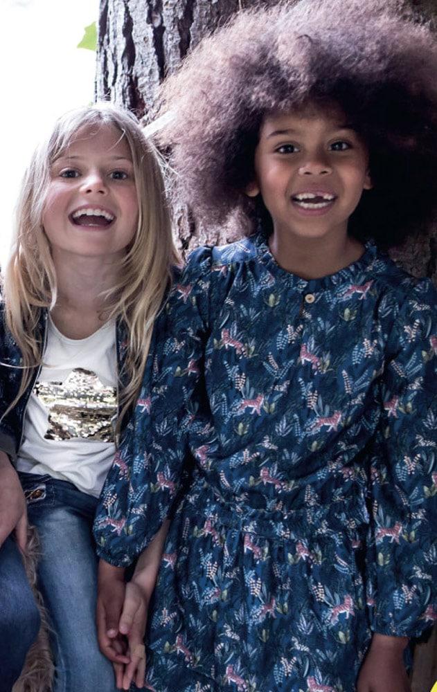 enfants portant des vêtements pour filles de la marque 3 pommes