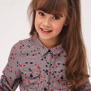 enfant portant des vêtements pour filles de la marque Absorba