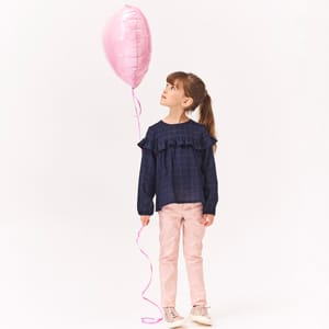 enfant portant des vêtements pour fille de la marque Absorba
