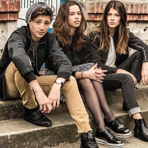 Adolescents portant des vêtements de la marque Beckaro
