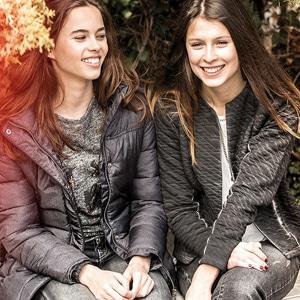 deux filles portant des vêtements de la marque Beckaro