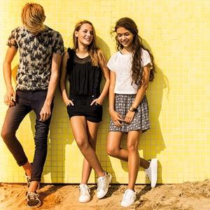 Enfants portant des vêtements de la marque Beckaro