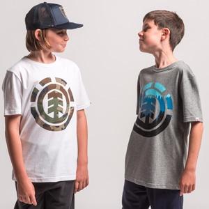 Garçons portant des tee-shirts de la marque Element