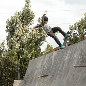 Garçon portant des vêtements de la marque Element faisant du skate