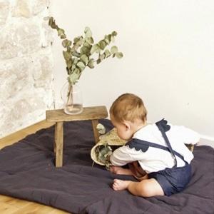 bébé portant des vêtement de la marque Emile et Ida
