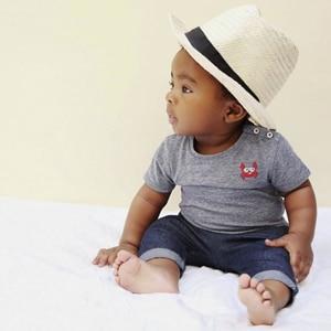 bébé portant des vêtements pour garçons de la marque Emile et Ida