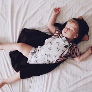 bébé garçon qui porte des vêtements de la marque Emile et Ida