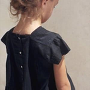 petite fille portant des vêtements de la marque Emile et Ida