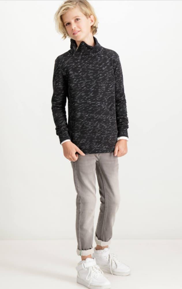 Garçon portant des vêtements de la marque Garcia Jean