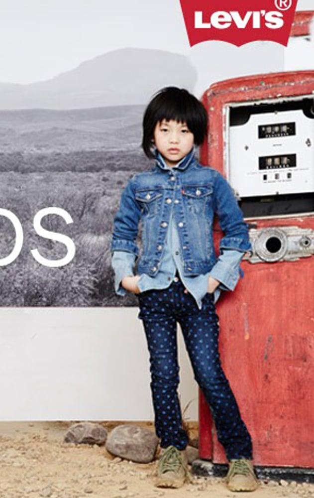 petite fille portant des vêtements de la marque Levis