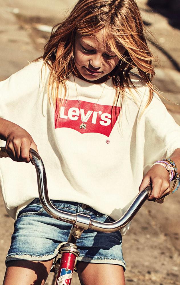 fille portant des vêtements de la marque Levis