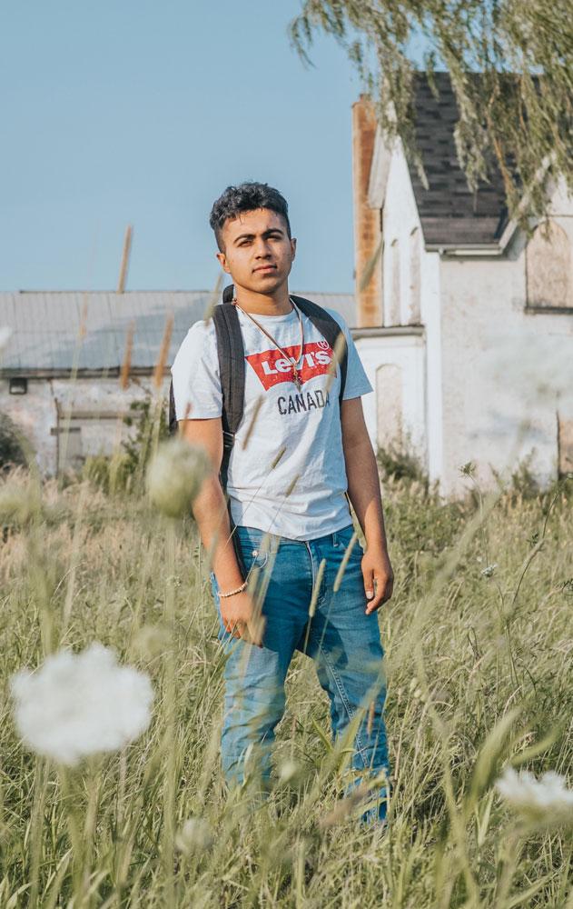 Garçon adolescent portant des vêtements de la marque Levis
