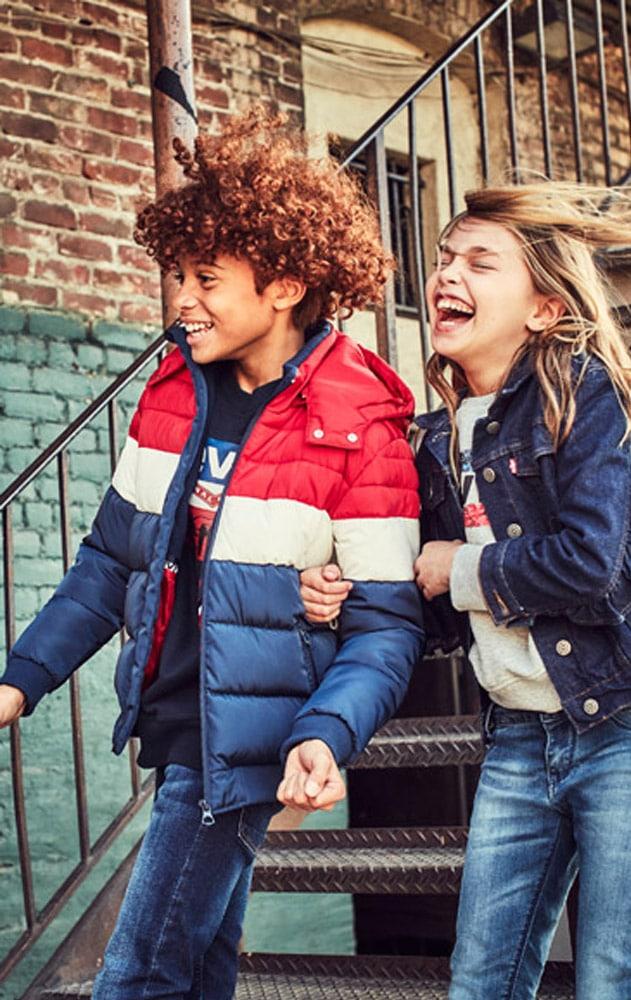 Enfants portant des vêtements de la marque Levis