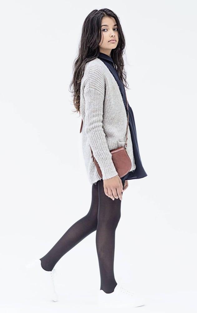fille portant des vêtements de la marque Mini Mignon