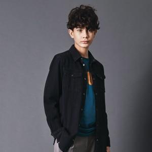 Garçon portant des vêtements de la marque Name it