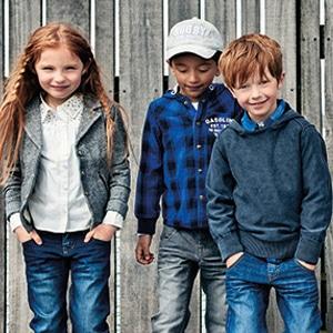 Enfants portant des vêtements de la marque Name it