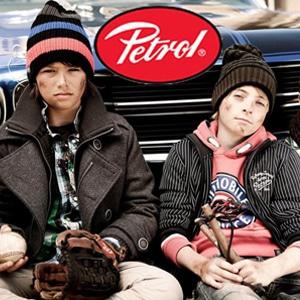 Garçons portant des vêtements de la marque Petrol
