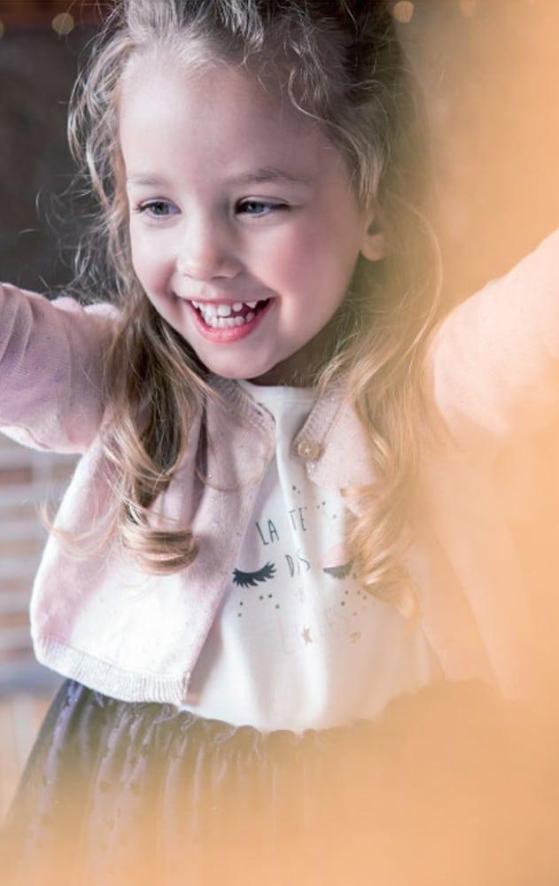 bébé fille portant des vêtements de la marque 3 pommes