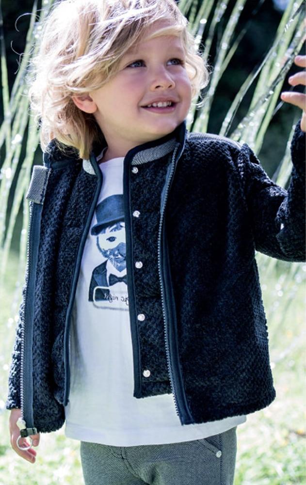 bébé garçon portant des vêtements de la marque 3 pommes