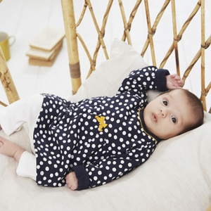 bébé fille portant des vêtements Absorba