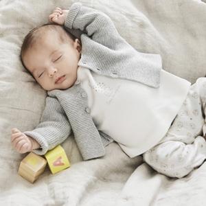 bébé portant des vêtements de la marque Absorba