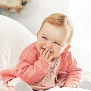 bébé fille portant des vêtements de la marque Absorba