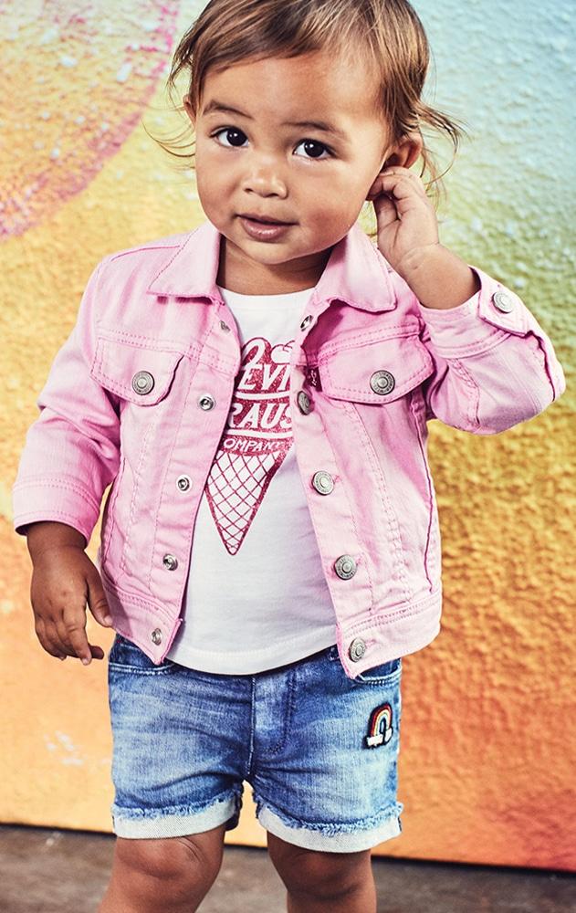 bébé fille portant des vêtement de la marque Levis