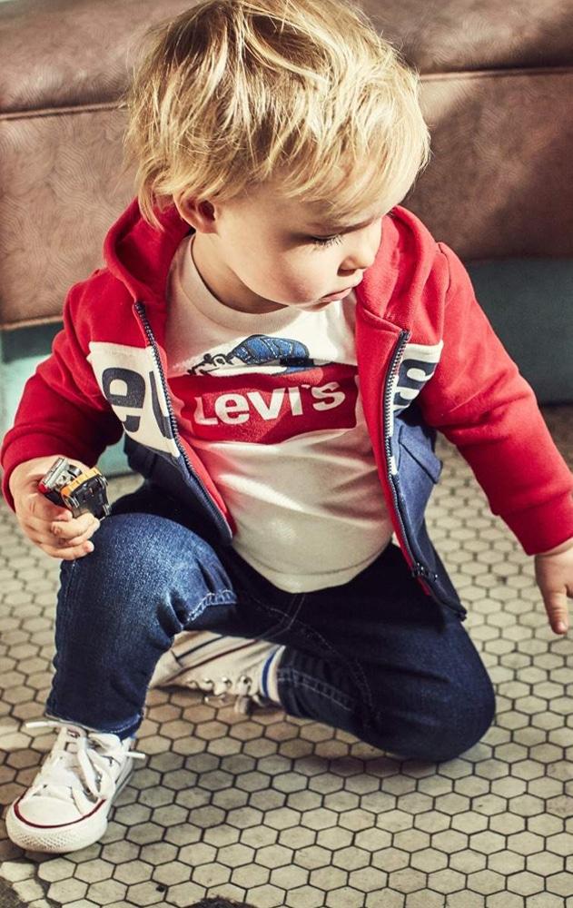 bébé portant des vêtements pour garçons de la marque Levis