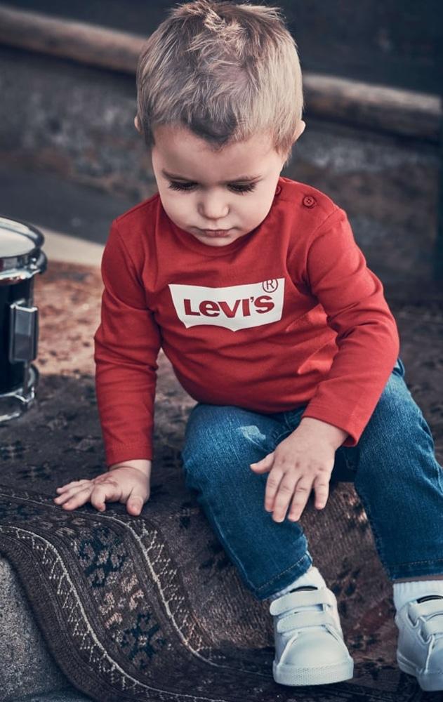 bébé garçon avec vêtement Levis